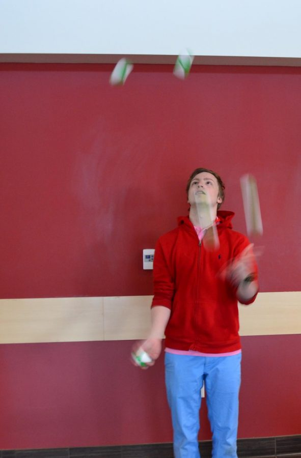First-year+Linus+Bendel-Stenzel+demonstrates+his+juggling+abilities.